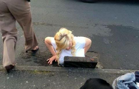 دختر دانشجو در فاضلاب گیر کرد
